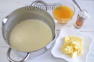 Добавьте к яичной смеси мягкое, нарезанное кубиками масло, коньяк, мёд и соду. Соду гасить не нужно, мёд это сделает за неё.