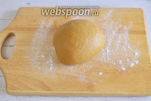 Замесите эластичное тесто.