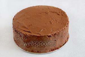 Достать торт из холодильника, освободить от формы. Я советую бока формы проложить перед сборкой пергаментом, чего я не сделала. Тогда освобождать торт будет намного проще.