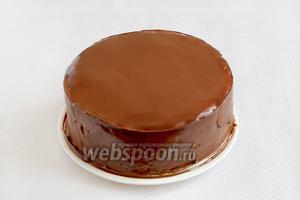 Холодный торт залить остывшим ганашем. Шоколад почти сразу застывает. Можно ровнять края торта, а можно оставить красивые потеки.