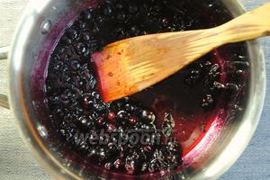Начнём с крема. Смородину положить в сотейник и засыпать её сахаром. Добавить столовую ложку воды и закипятить. Проварить постоянно помешивая несколько минут.