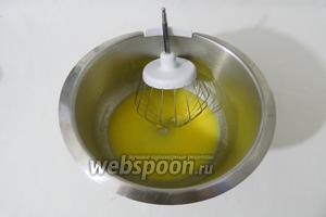 В чаше миксера взбиваем апельсиновый сок и растопленное сливочное масло. Добавляем яйцо и ещё раз взбиваем.