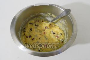 Осторожно перемешиваем ложкой сухие ингредиенты с жидкими так, чтобы не сильно подавить клюкву.