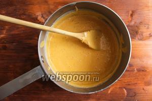 Измельчите соус блендером до образования гладкой однородной жидкости.