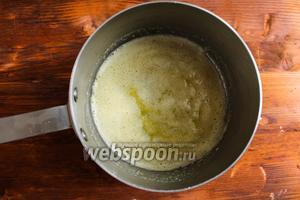 Как только пена осядет, добавьте в соусник муку и перемешайте деревянной лопаткой. Пассеруйте муку в течение 2 минут до золотистости или до того момента когда вся масляно-мучная смесь не запенится.