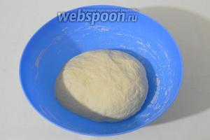 Замешиваем мягкое эластичное тесто и хорошенько месим его руками в течении 5 минут.