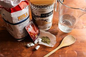 Для этого рецепта вам потребуется пшеничная мука, ржаная мука, сухие дрожжи, соль, тёплая вода и сухие травы.