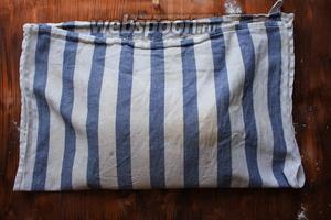 Закройте тесто второй половиной полотенца и укройте плотным полотенцем, чтобы тесто не обветрилось. Оставьте тесто в таком виде для расстойки на 3 часа. За 40 минут до конца расстойки включите духовку и разогрейте до 250°C.