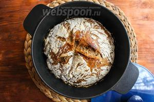 Выпекайте хлеб в течение 30 минут под крышкой, а потом уменьшите температуру духовки до 230°C, снимите крышку и выпекайте ещё 20-25 минут, чтобы хлеб покрылся хрустящей золотистой корочкой.