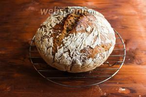 Готовый хлеб извлеките из кассероли и переложите на решётку. Дайте ему остыть хотя бы 20-30 минут.