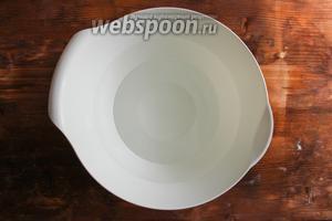 Нагрейте воду до 40 г и влейте в большую миску объёмом 4,5 л. Лучше всего замешивать тесто в узких мисках с высокими бортами, чтобы тесту легче было подняться.