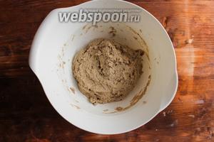 Перемешайте тесто ложкой. Оно должно получиться довольно мокрым и липким. Не пугайтесь, так и должно быть.