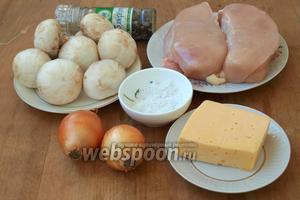 Для приготовления рулетов нам понадобится куриное филе, шампиньоны, твёрдый сыр, репчатый лук, смесь перцев и соль.