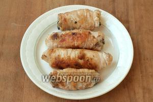 Готовые рулетики выложить на салфетку чтобы убрать лишний жир, затем снять нити и сервировать на блюде. Приятного аппетита!