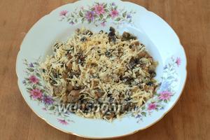 Остывшие грибы с луком смешать с сыром, посолить и поперчить по вкусу.