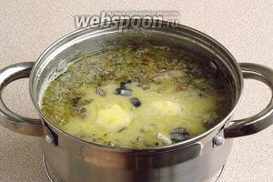 Готовый суп снять с плиты и положить в него кусочек сливочного масла. При подаче посыпать суп измельчённой зеленью укропа.