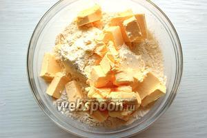 Добавить ледяное масло, порезанное кубиком.