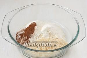 Соединить просеянную муку, сахар, соль, корицу, разрыхлитель.