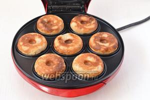 Выпекать до готовности приблизительно 3-3,5 минуты. Такие пончики можно выпекать в духовке в формочках для кексов. Время выпечки — 12-14 минут при 180ºC.