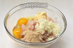 Соединить рыбный фарш, сливочное масло комнатной температуры, сухари, лук, соль, перец.
