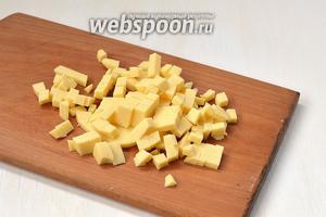 Сыр порезать мелкими кубиками.