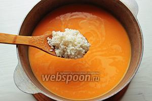 Всыпать рис, если использовать обычный рис, его лучше промыть.