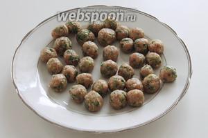 Из фарша слепить маленькие, размером с грецкий орех, шарики. Поставить их в морозильник на 10 минут, чтобы шарики схватились.