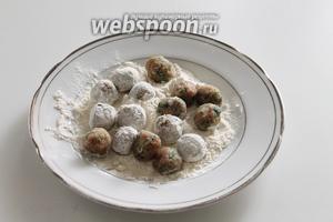 В плоскую тарелку высыпать муку и обвалять шарики в муке.