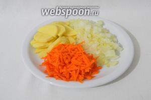 Готовим суп. Ставим на плиту кастрюлю с водой или куриным бульоном. Тем временем измельчаем картофель, лук, натираем на тёрке морковь.