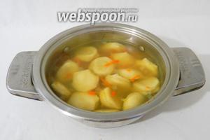 Варим суп на среднем огне до тех пор пока всплывут пельмени. Затем даём ему покипеть несколько минут.