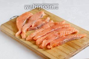 Рыбу нарезать тонкими ломтиками. Посолить, посыпать специями для рыбы и полить лимонным соком. Оставить настояться несколько минут.