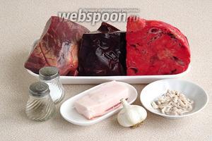 Для приготовления колбасы нужно взять говяжьи субпродукты (сердце, печень), свиное лёгкое, шпик, кишки (черева), чеснок, перец чёрный молотый и соль.