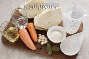 Подготовить необходимые продукты: капусту, морковь, чеснок, воду, масло, уксус, сахар, соль и пряности.