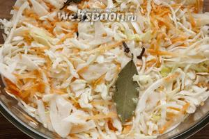 Залить капусту остывшим маринадом вместе с пряностями, оставить под гнётом на несколько часов.