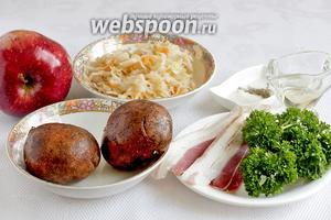 Для приготовления пикантного картофельного салата нужно взять картофель, яблоко, квашеную капусту, петрушку, бекон, соль, сахар, перец, растительное масло.