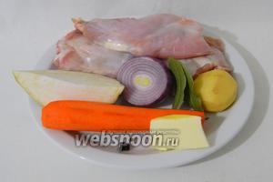 Для приготовления паштета из кролика возьмём тушку кролика, корень сельдерея, лук, морковь, картофель, лавровый лист, чёрный перец горошком, масло сливочное, масло подсолнечное, воду, соль приправы и специи по вкусу.
