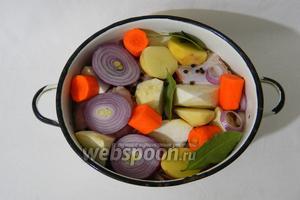 Подготовленную и разделанную на кусочки тушку кролика складываем в глубокую кастрюлю, выкладываем сверху все указанные в ингредиентах овощи, лавровый лист, чёрный перец горошком.