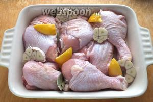 Вымойте и обсушите курицу. Дно огнеупорной формы смажьте 2 ст. л. масла, чеснок разрежьте поперёк зубчиков, сняв лишь верхние чешуйки. Выложите курицу в форму, добавьте чеснок, сбрызните лимонным соком и полейте вином. Добавьте лимонные корочки и лавровый лист для аромата. Уберите в холодильник на 30 минут.