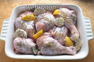Разогрейте духовку до 200ºC. Достаньте форму с курицей, посолите (если нужно), сбрызните оливковым маслом, посыпьте травами и перцем.