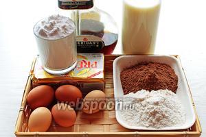 Для «Волшебного шоколадного пирога» надо: мука, яйца (у меня были маленькие, взяла 5 шт.), масло, какао, молоко, сахарная пудра, шоколадный или кофейный ликёр или эспрессо, уксуса 1/8 ч.л.