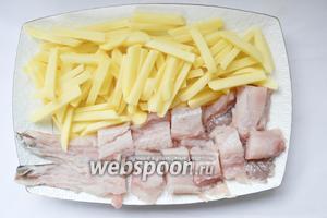 Берем картошку, поем, чистим, режим на произвольные кусочки. Рыбу очищаем, режим на кусочки 3/2 см, сильно узкие (например с хвоста), не используем.