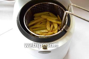 Потом на этой же высокой температуре опускаем нашу картошку, ждем 2 минуты и вынимаем.