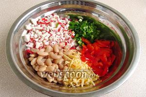 Соединить фасоль, сладкий перец, крабовые палочки, сыр и зелёный лук.
