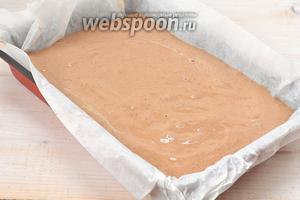 Форму размером 20х30 см выложить кулинарной бумагой. В форму выложить тесто.