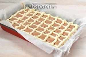 С помощью кулинарного шприца нанести сверху на тесто сеточку из творожной массы.