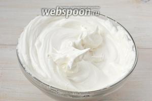 Белки взбить с 50 грамм сахара в стойкую пену.
