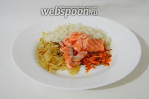 Готовый рис, лук, морковь и кусочки форели соединяем вместе.