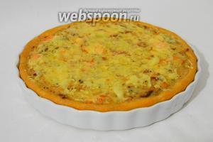 Готовый пирог посыпаем кусочками сыра и подаём.