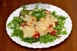 Кладём сверху смесь дайкона с помидорами и сыром в оливковом масле, слегка приподнимаем слои, подаём немедленно. Салат перемешиваем во время еды непосредственно на тарелке.