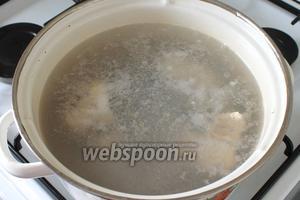 Промыть рыбу и очистить от внутренностей, хвоста и головы (если есть), порезать на кусочки. Положить скумбрию в кастрюлю с водой и варить с момента закипания 10 минут на маленьком огне.